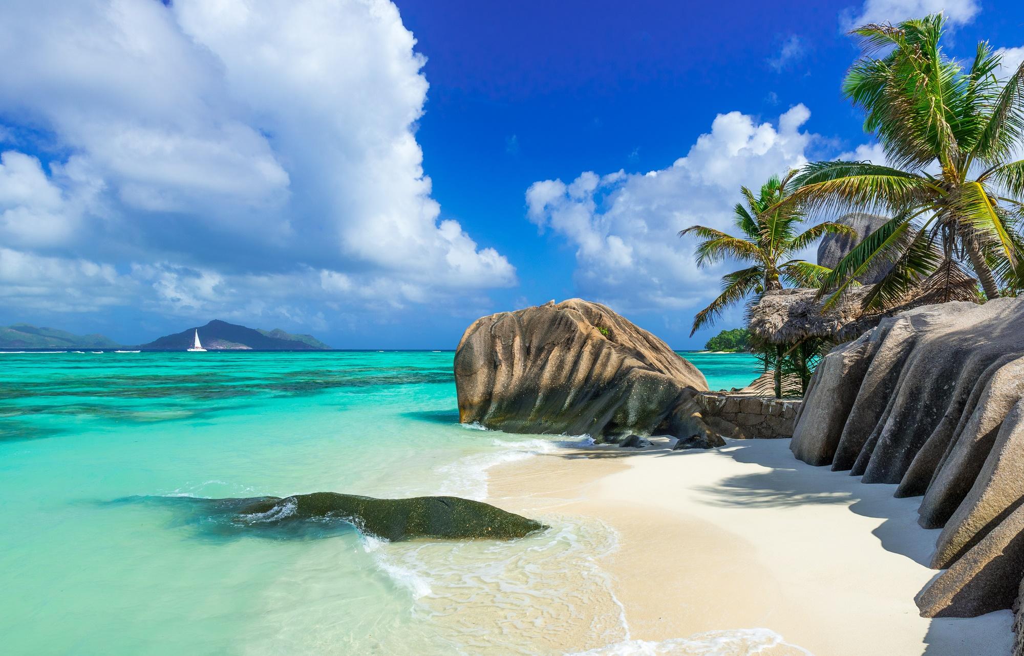 luxus pur auf den seychellen im 5 sterne hotel am strand. Black Bedroom Furniture Sets. Home Design Ideas