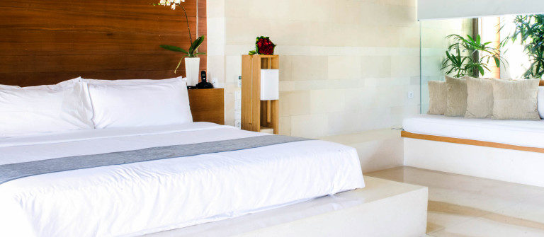 luxurious-hotel-room-with-king-sized-bed-istock_11726596_xlarge-2-1-1200×335