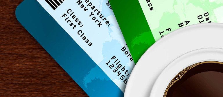 tasse-kaffee-mit-flugzeug-tickets-liegen-auf-holztisch-istock_50706510_large-2-1200×335
