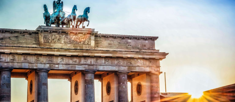 brandenburger-tor-with-quadriga-in-berlin-at-sunset-istock_96864185_xlarge-2_komprimiert