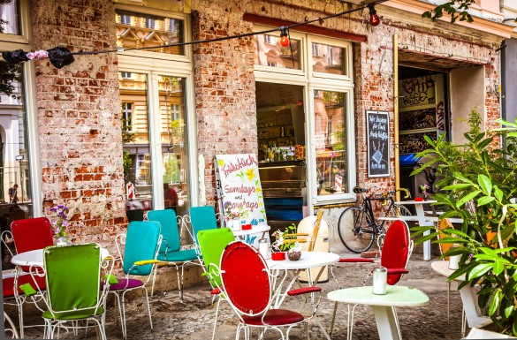 cafa-and-shop-in-prenzlauer-berg-berlin-istock_000022627048_large-2-585x385