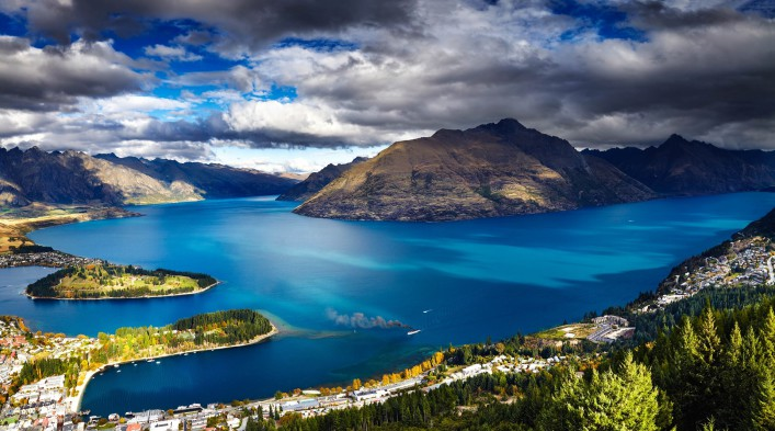Queenstown cityscape with Wakatipu lake and Remarkables Mountains, New Zealand