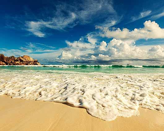 Fantastische-Natur-Seychellen-Inseln-iStock-509415810-Surfen