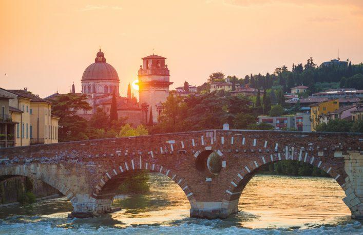 Die Ponte Pietra in Venedig bei Sonnenuntergang