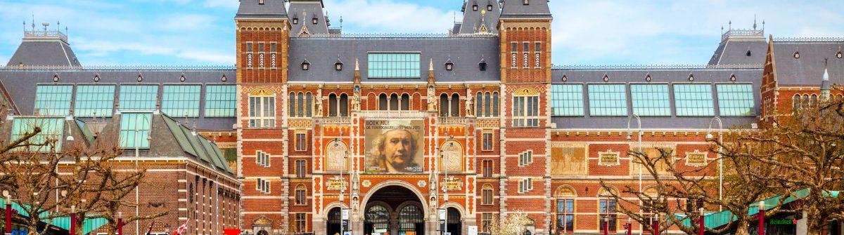 i-amsterdam-slogan-mit-menschenmenge-von-touristen-istock_000070176525_large-editorial-only-andreykrav-2