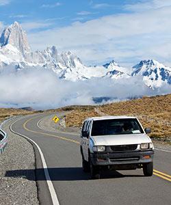 250x300_Auto-auf-der-Straße-in-Patagonien-Argentinien-mit-Mount-Fitz-Roy-iStock_000015375563_klein