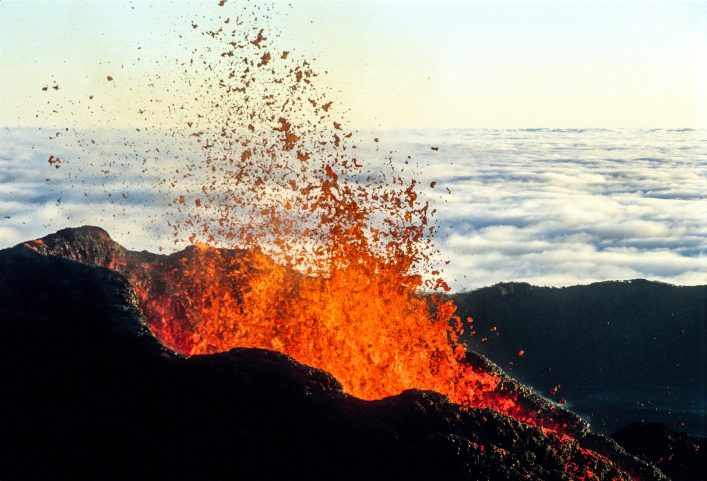 vulkan-eruption-lava-insel-reunion-istock_000002159753_large-21