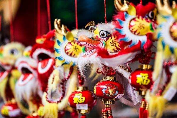 Chinesischer-Drache-Schmuck-für-den-Verkauf-in-Chinatown-Singapur-iStock_14514736_XLARGE-2