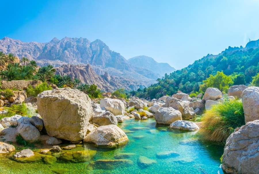 Lagune mit türkisem Wasser im Oman
