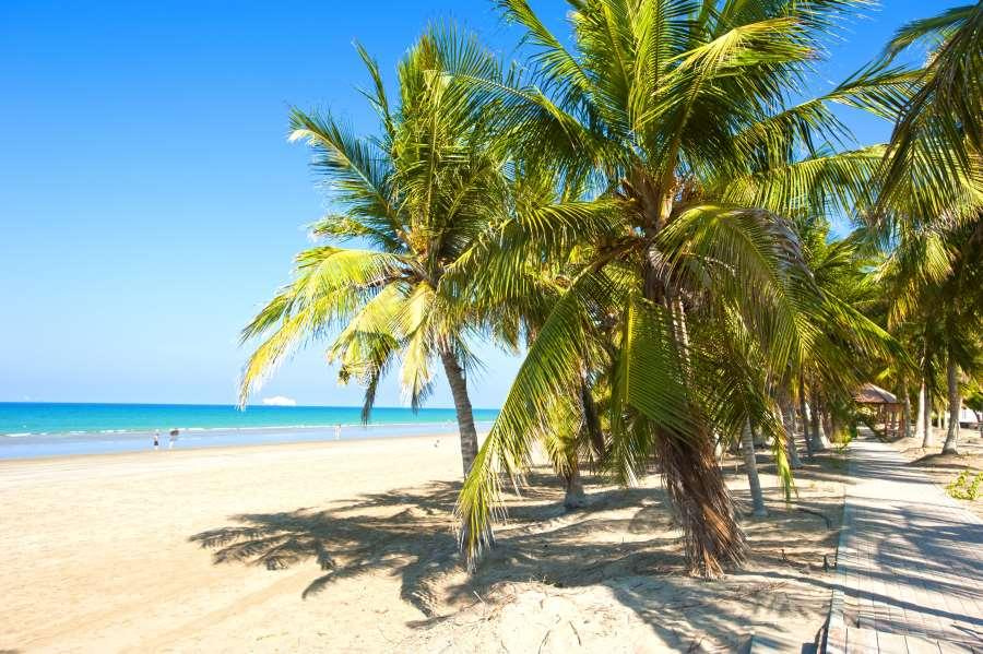 Strand mit weißem Sand im Oman