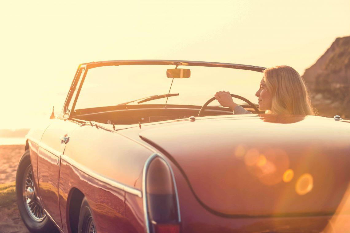 Eine Frau fährt in einem Cabrio