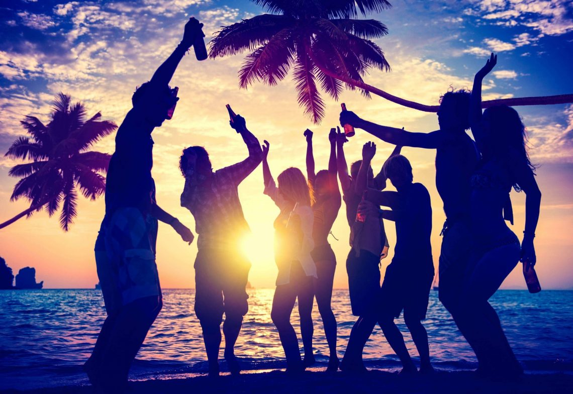 Feiernde Menschen am Strand