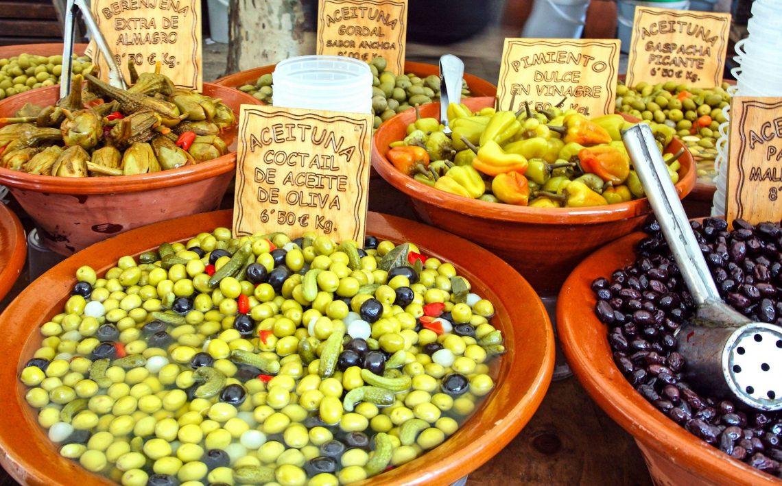Spanische Delikatessen auf einem Markt auf Mallorca