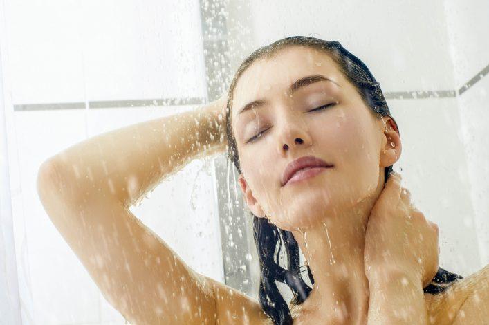 Eine Frau duscht.