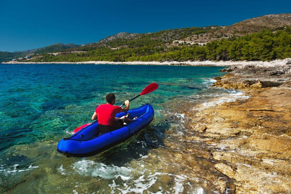Kanu Fahrer auf dem Meer vor der Insel Hvar