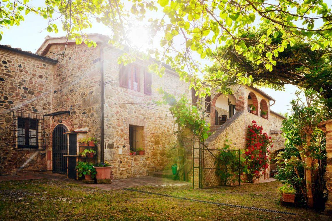 shutterstock_220816294_Traditional-Italian-villa-Tuscany-Italy_1920x1280_tiny