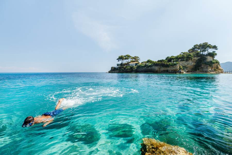 shutterstock_626978543_Boy-snorkeling-underwater-in-Ionian-sea-water-at-Zakinthos-Zante-island-in-Greece_klein