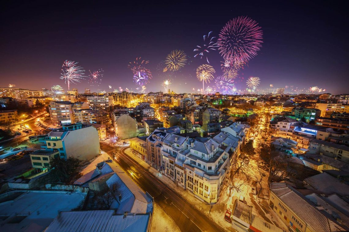 shutterstock_551329981_Downtown-Varna-cityscape-with-many-flashing-fireworks-celebrating-New-Years-Eve_klein_tiny