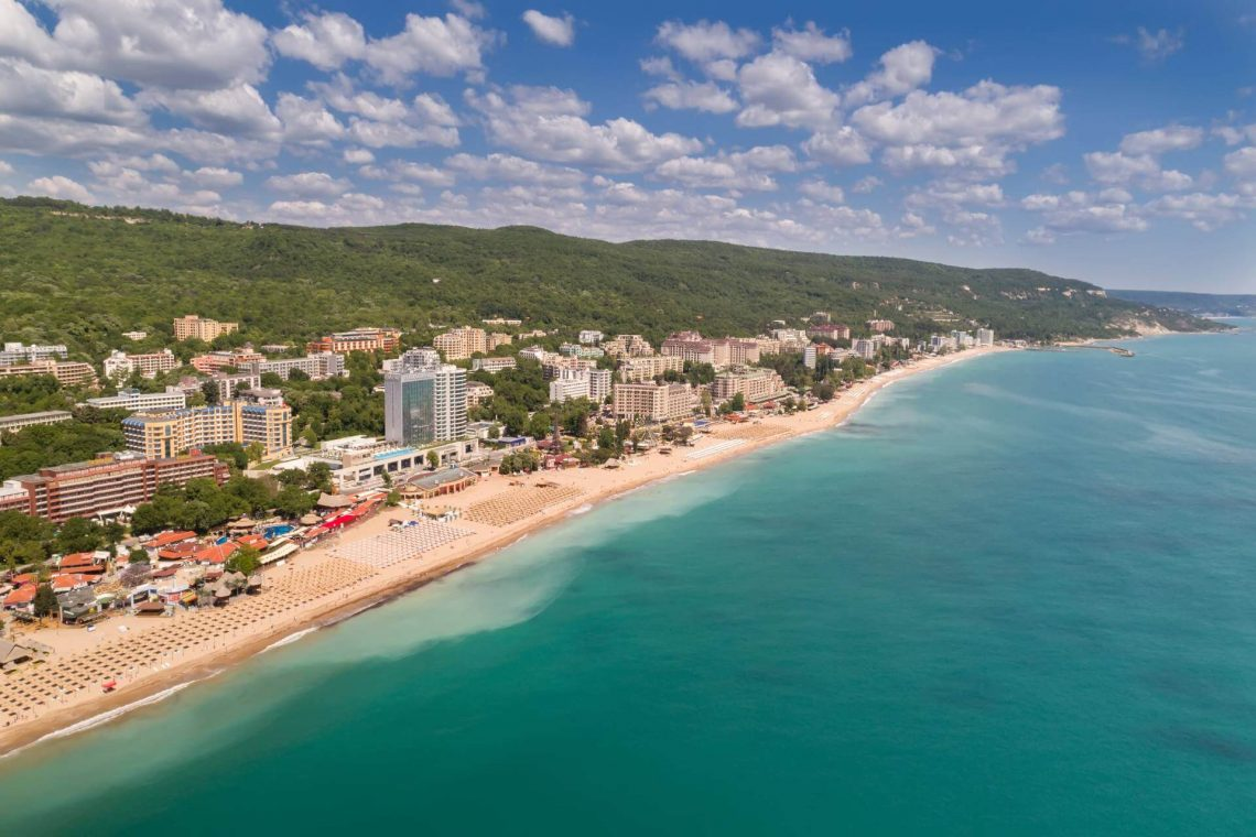 shutterstock_646443781_Aerial-view-of-the-beach-and-hotels-in-Golden-Sands-Zlatni-Piasaci.-Popular-summer-resort-near-Varna-Bulgaria_klein_tiny