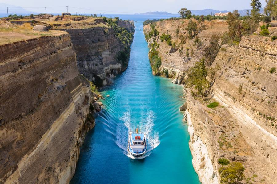 shutterstock_643746427_Ship-passing-through-Corinth-Canal-in-Greece_klein