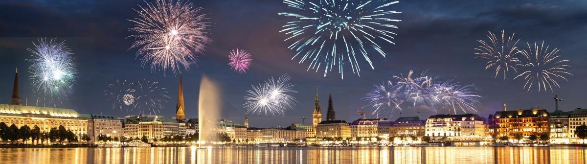 Silvester in Hamburg mit Feuerwerk über der Alster