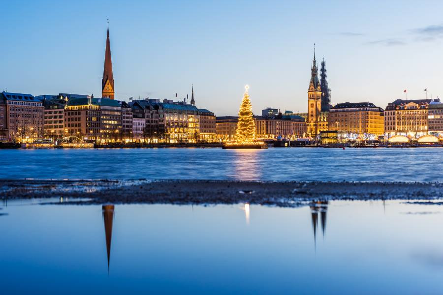 Christmas-market-Hamburg-iStock-598546100_900x600