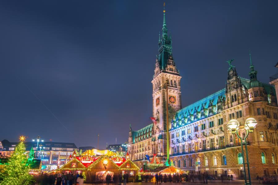 Hamburg-Town-Hall-und-der-Weihnachtsmarkt-in-der-Nacht-iStock-522753793_900x600