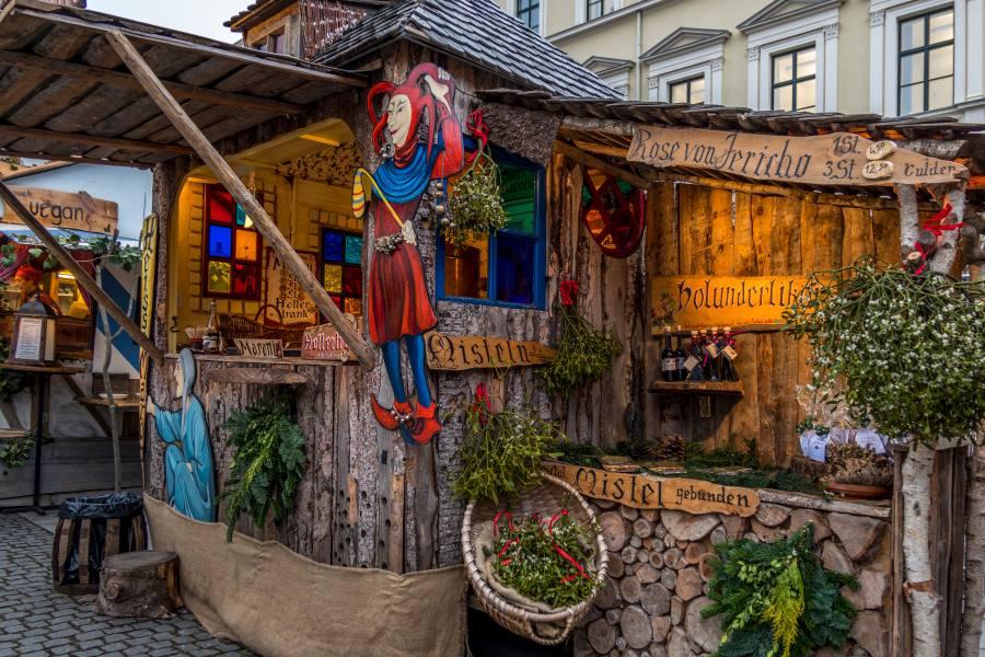 Medieval-Christmas-Market-at-Wittelsbacher-Platz-in-Munich_-shutterstock_771826729_Editorial-ONLY_footageclips_900x600