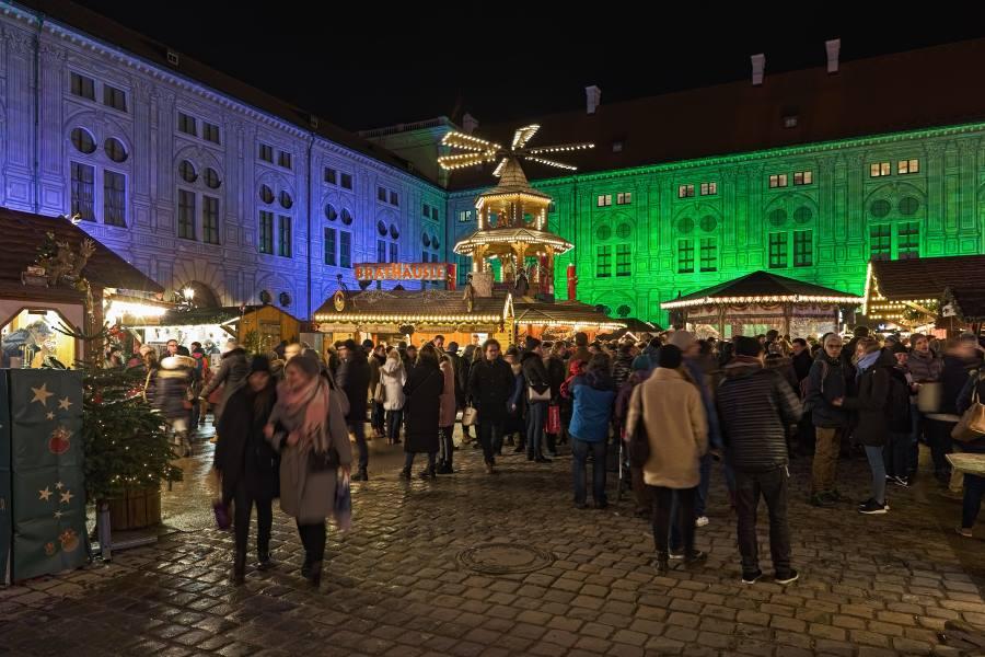 shutterstock_1152287180_Christmas-Village-in-Emperors-Court-Kaiserhof-of-Munich-Residenz-in-night_Mikhail-Markovskiy_900x600