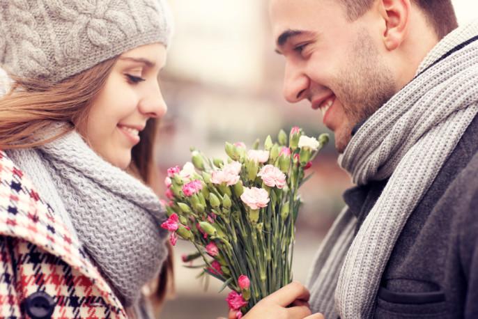 Valentinstag_Paar_Blumen_shutterstock_226435555